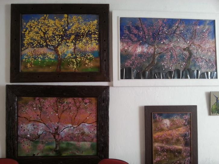 Alguns dos quadros de árvores nas paredes de sua casa (Foto: Karin Salomã0)