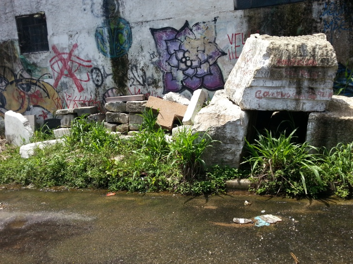 Desperdício de água limpa na Rua da Fonte